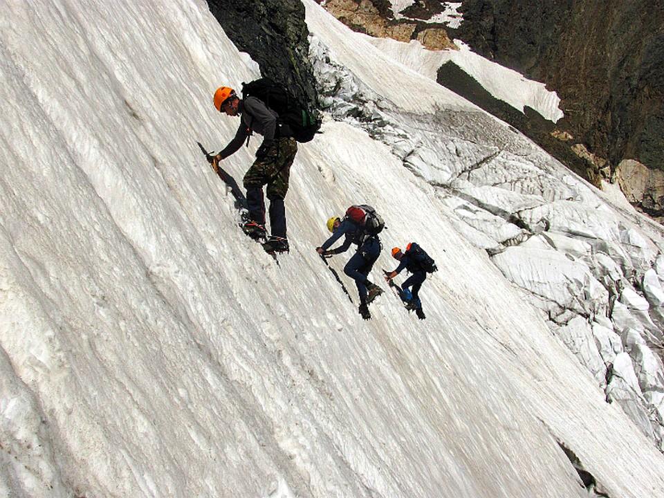 Рискованным маршрутом альпинисты пошли втроем