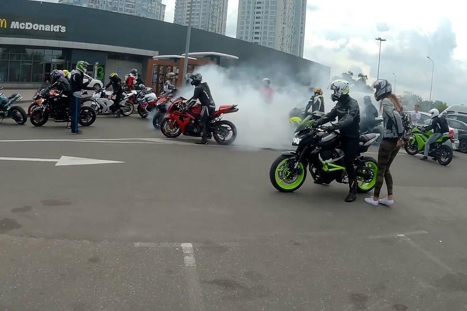 Зашла речь и о борьбе с шумными мотоциклистами, которые гоняют по городу. Фото: youtube.com.