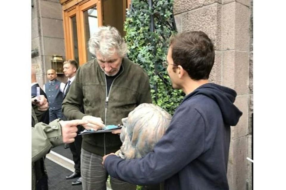 Лидеру группы Pink Floyd фанаты подарили бронзовую скульптуру