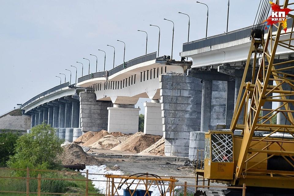 Старый мост взорвали, на месте его строят новый - он должен открыться к 7 ноября.