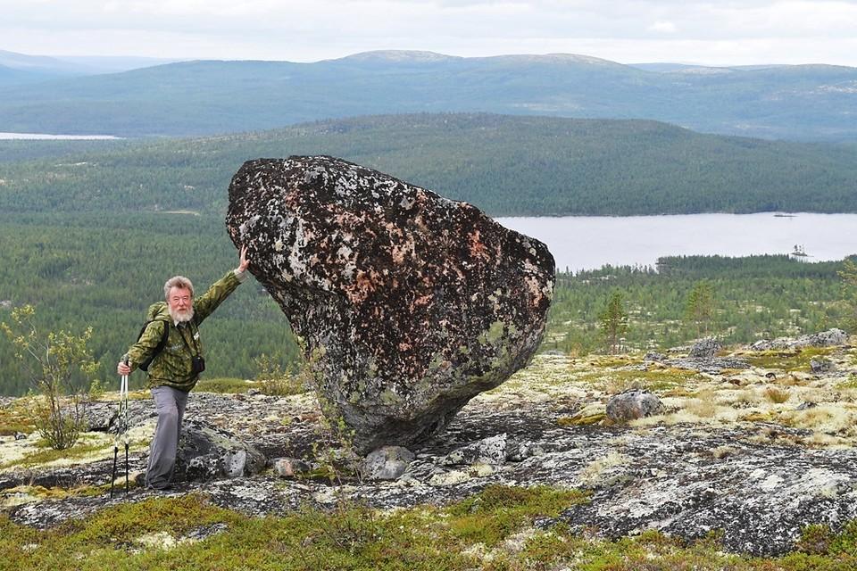 Есть мнение, что этот камень, на остром конце стоящий, служит маяком для НЛО.