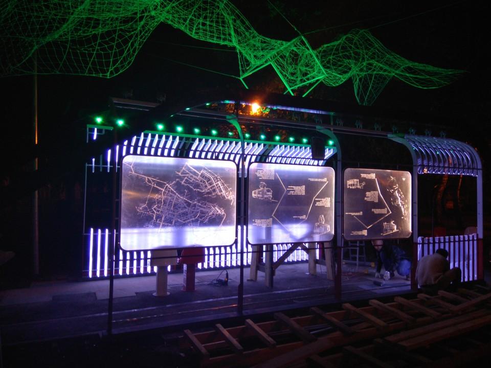 Новый арт-объект представляет собой имитацию части салона трамвая