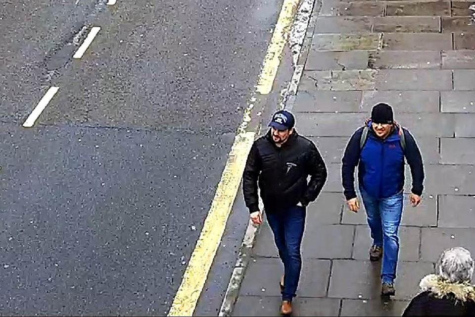 """Так называемые """"отравители Скрипалей"""" на улице Солсбери, кадр камеры уличного наблюдения."""