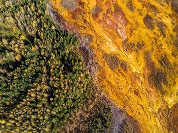 Убивающая красота: фотограф из Екатеринбурга снял затопленный кислотой рудник под Нижним Тагилом