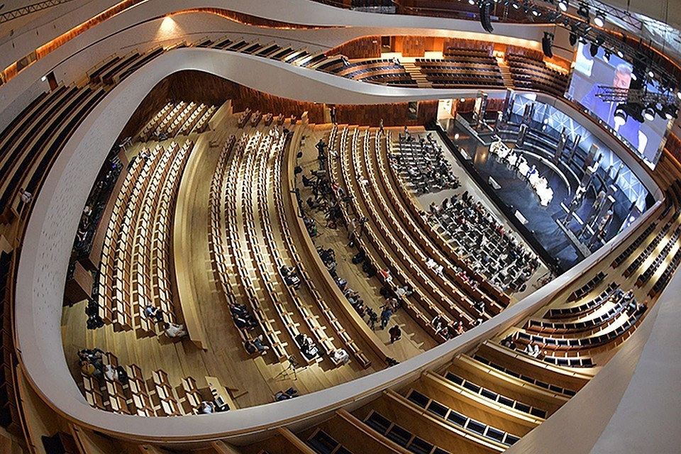 Новый концертный зал в Зарядье выглядит довольно необычно