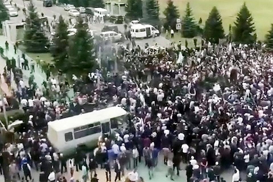 В Магасе продолжается акция протеста против соглашения о границе между Ингушетией и Чечней. Фото: скриншот видео