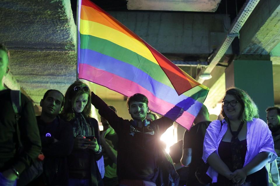 LGBT активисты в Румынии после проведения референдума о запрете однополых браков