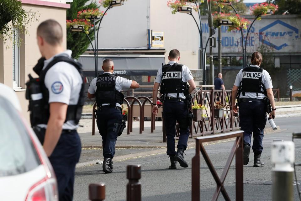 В парижском метро мужчина напал на полицейских