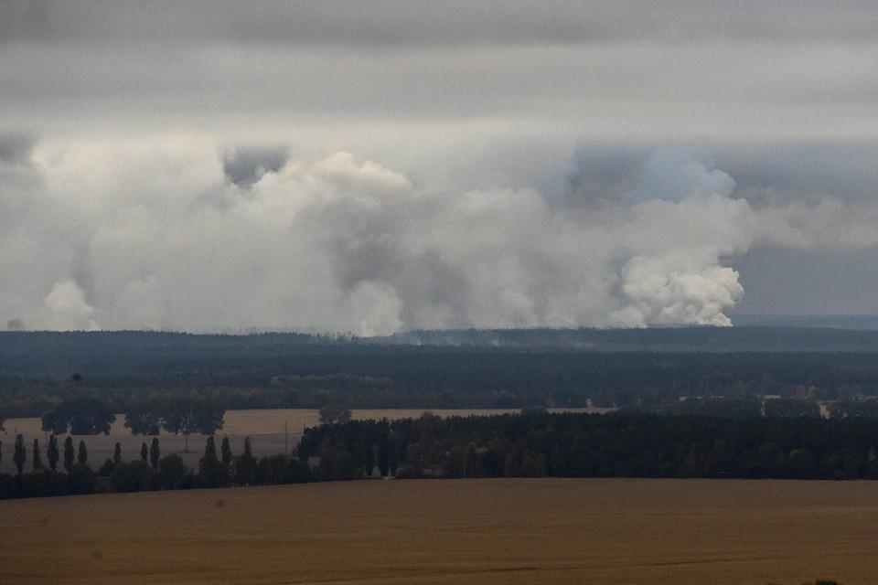 Дым после взрыва на складе в Черниговской области