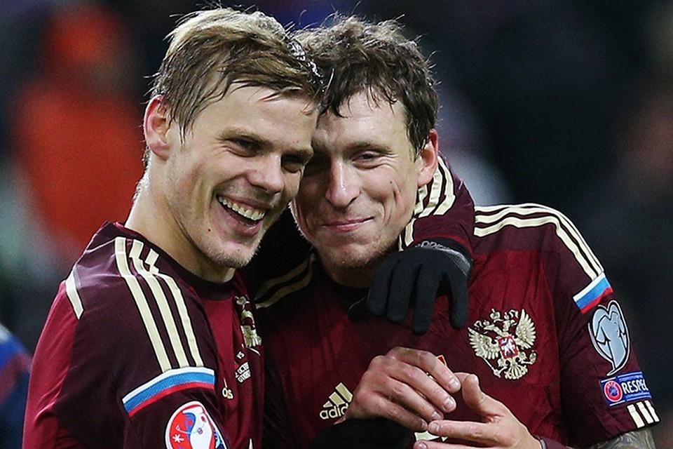 Александр Кокорин и Павел Мамаев в футболках сборной. Фото: Станислав Красильников/ТАСС
