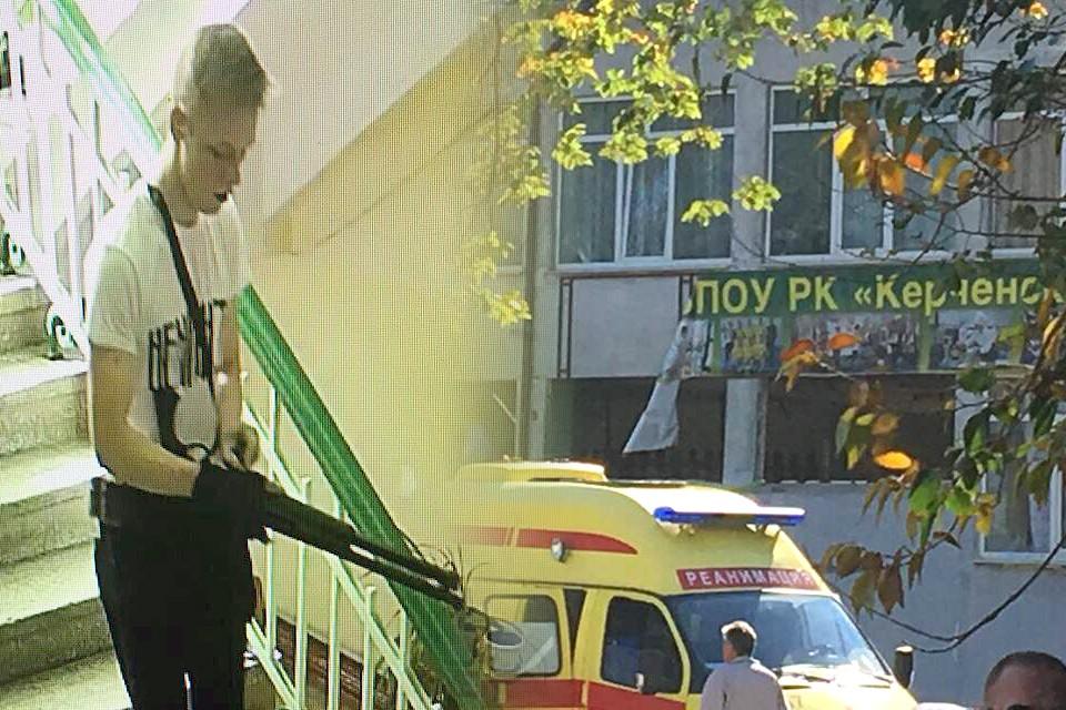 Стрелок, устроивший теракт в керченском колледже, покончил с собой на втором этаже учреждения. Фото прислано очевидцем