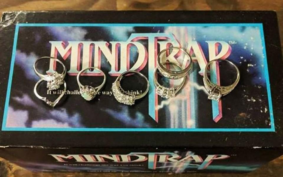 Молодая пара из Торонто нашла шесть колец с бриллиантами в коробке от настольной игры