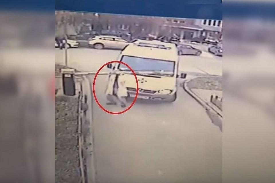 Видео инцидента вызвало широко обсуждение. Недовольны остались жильцы дома, шлагбаум которого сломали. Фото: скриншот видео