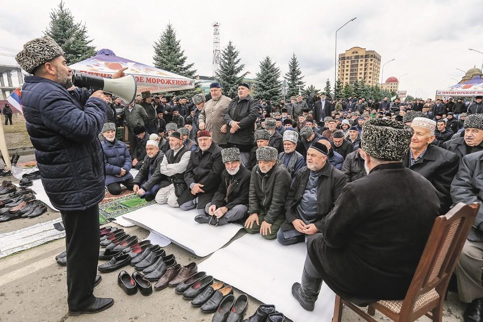 Митинги в Магасе против изменения границы между Ингушетией и Чечней шли чинно, основательно, с подобающим Северному Кавказу колоритом и перерывами на намаз. Фото: Владимир СМИРНОВ/ТАСС
