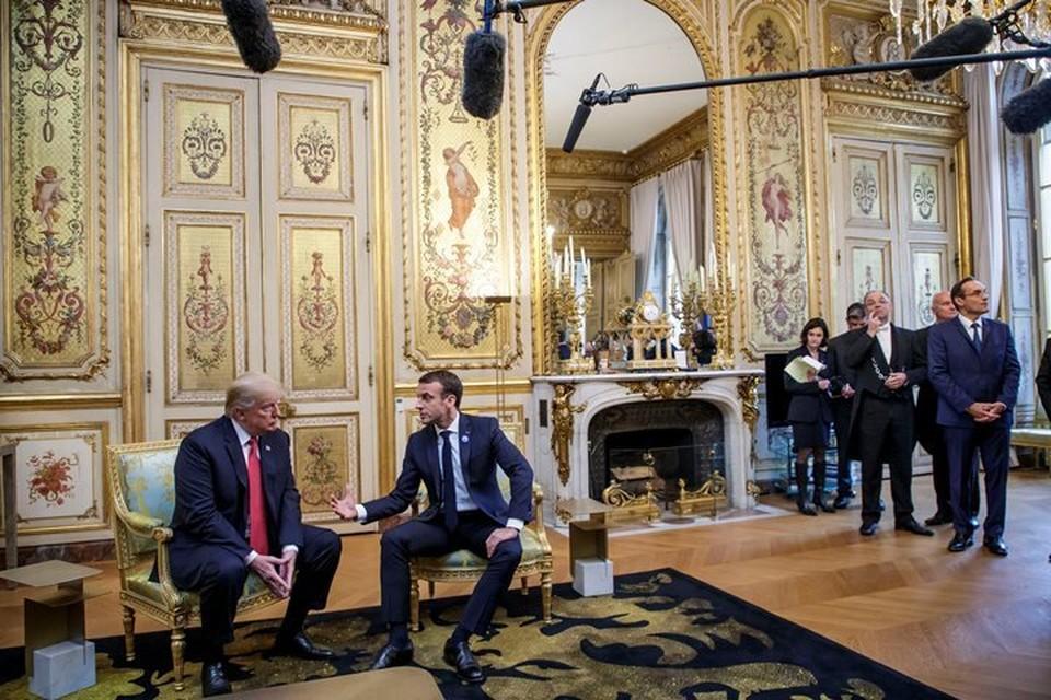 Президент Франции Эммануэль Макрон (справа) и американский лидер Дональд Трамп в Елисейском дворце в Париже