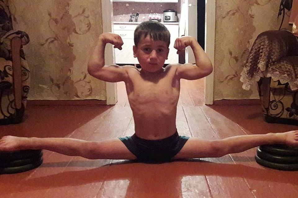 Мальчик тренируется три раза в день.