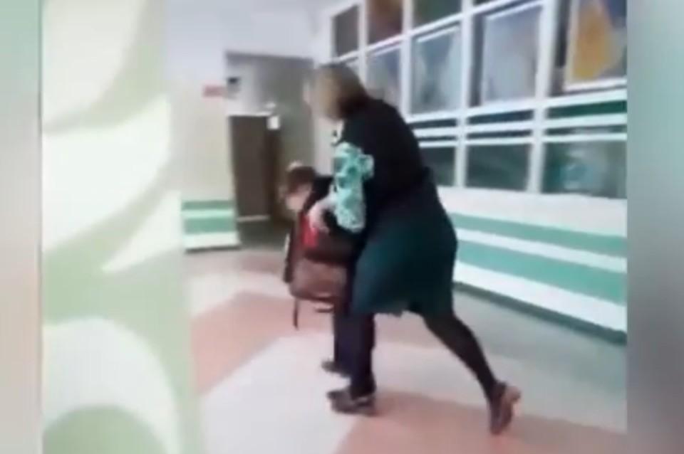 «Ты кто такой?!»: В Хабаровском крае учитель избила мальчика, мешавшего вести уроки