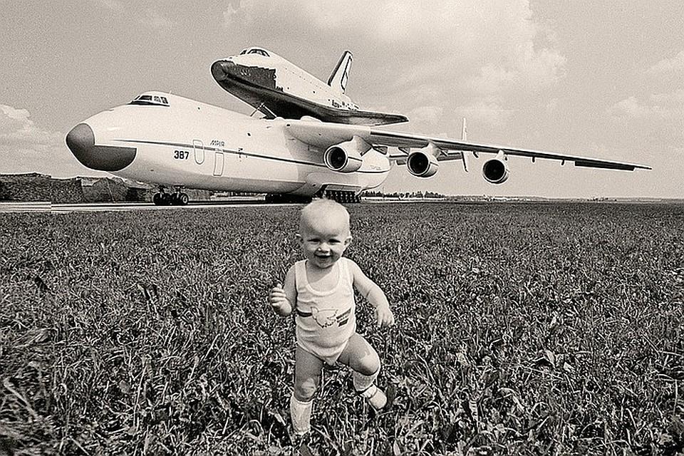 Этот снимок был сделан в июне 1989 года, когда корабль привезли на аэродром в Кубинку. А в 2002 году единственный летавший в космос «Буран» был разрушен при обрушении крыши монтажно-испытательного корпуса на Байконуре, где он хранился вместе с готовыми экземплярами ракеты-носителя «Энергия».