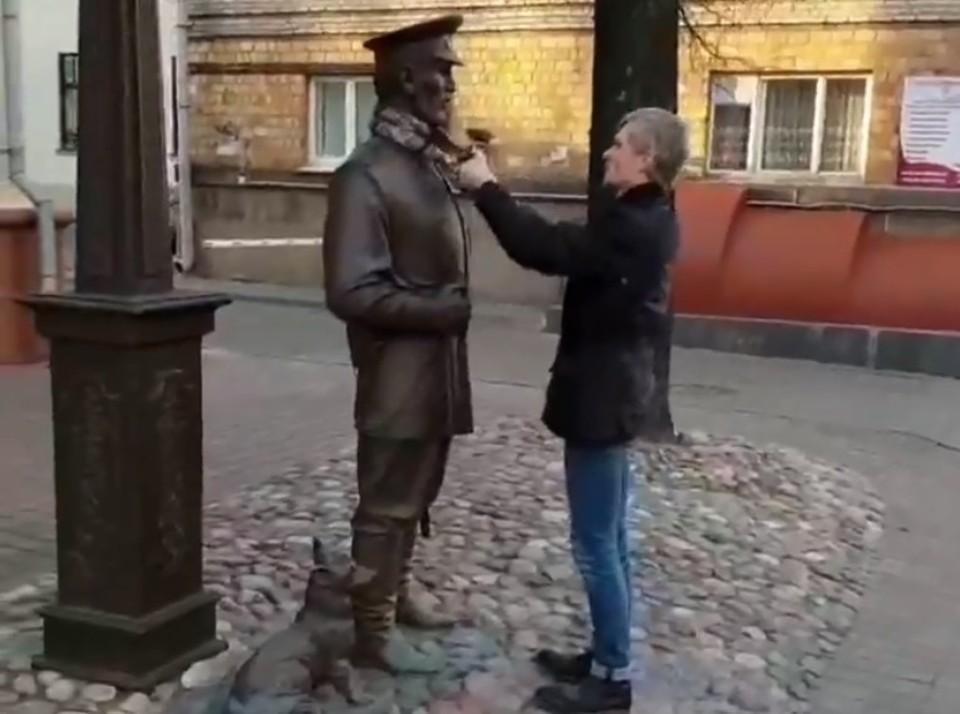 Минчанин повесил на скульптуру городового шарфик, его за это отвели в отделение милиции Фото: скрин видео