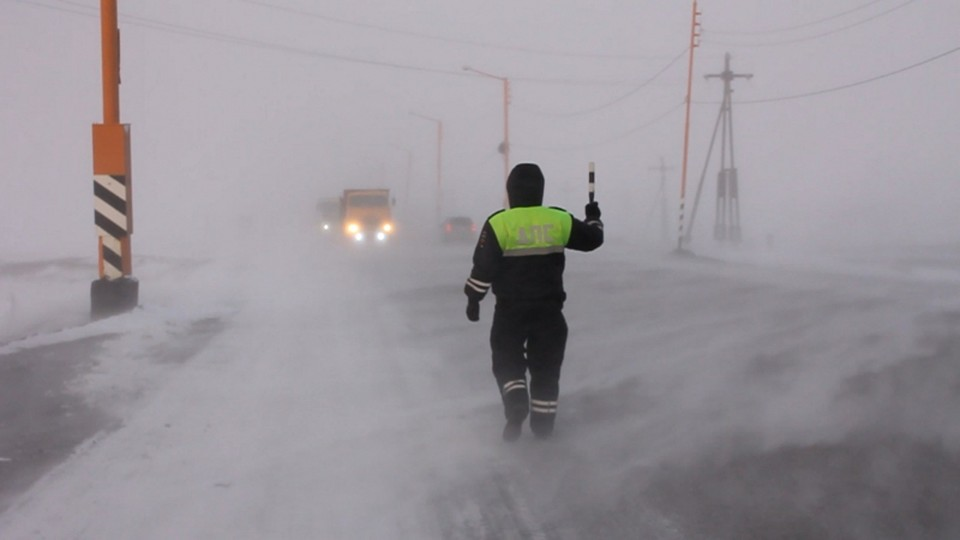 Сотрудников ДПС перевели в усиленный режим несения службы. Инспекторы следят за тем, чтобы водители, передвигающихся авто, не замерзли, если вдруг машина встанет посреди дороги.
