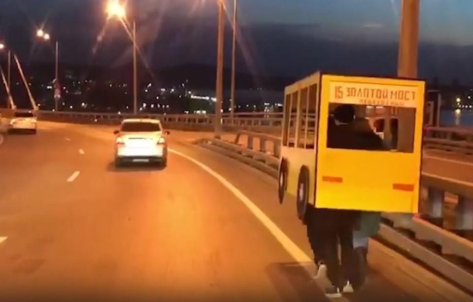 Горожане уже успели назвать самодельный жёлтый автобус «пешеходной пятнашкой». Фото: группа в Инстаграме da.fefu