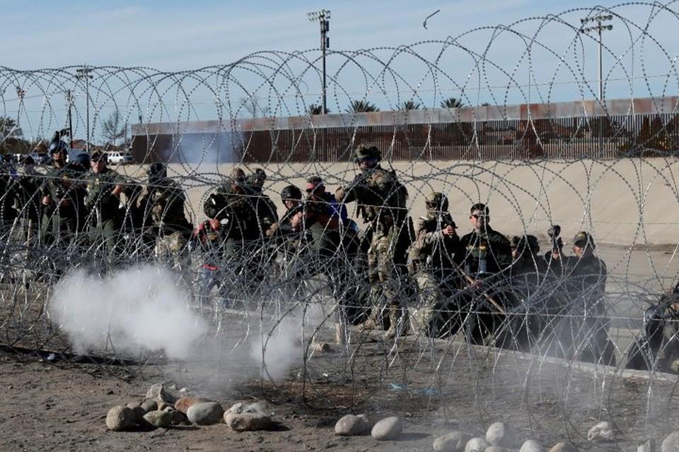 Сотрудники пограничной службы США применили против мигрантов слезоточивый газ и резиновые пули
