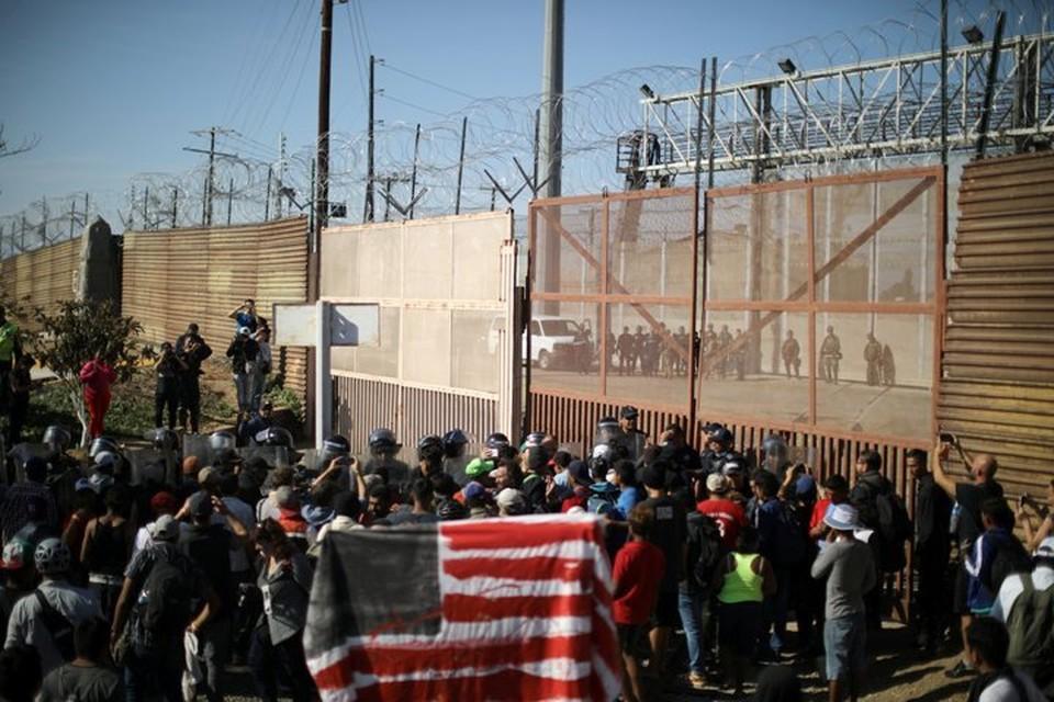 Военные США применили против мигрантов слезоточивый газ и резиновые пули