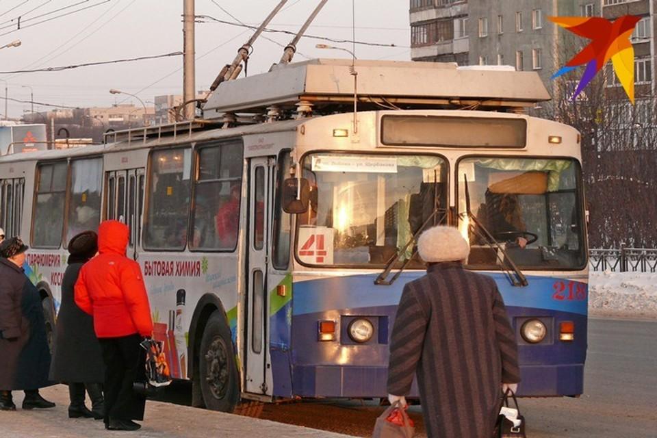"""В Мурманске цена за троллейбус составит 32 рубля. По официальным данным, связано это с удорожанием топлива и тока и, как следствие, высокими затратами компании-перевозчика """"Электротранспорт""""."""