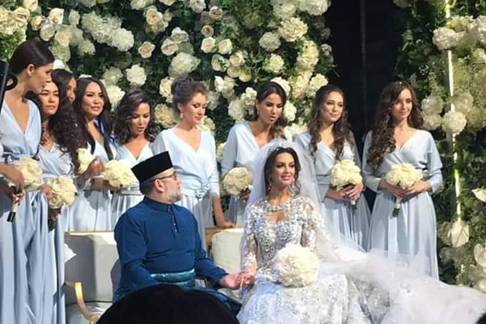 Невеста была в традиционном для России длинном белом платье. Но позже надела хиджаб