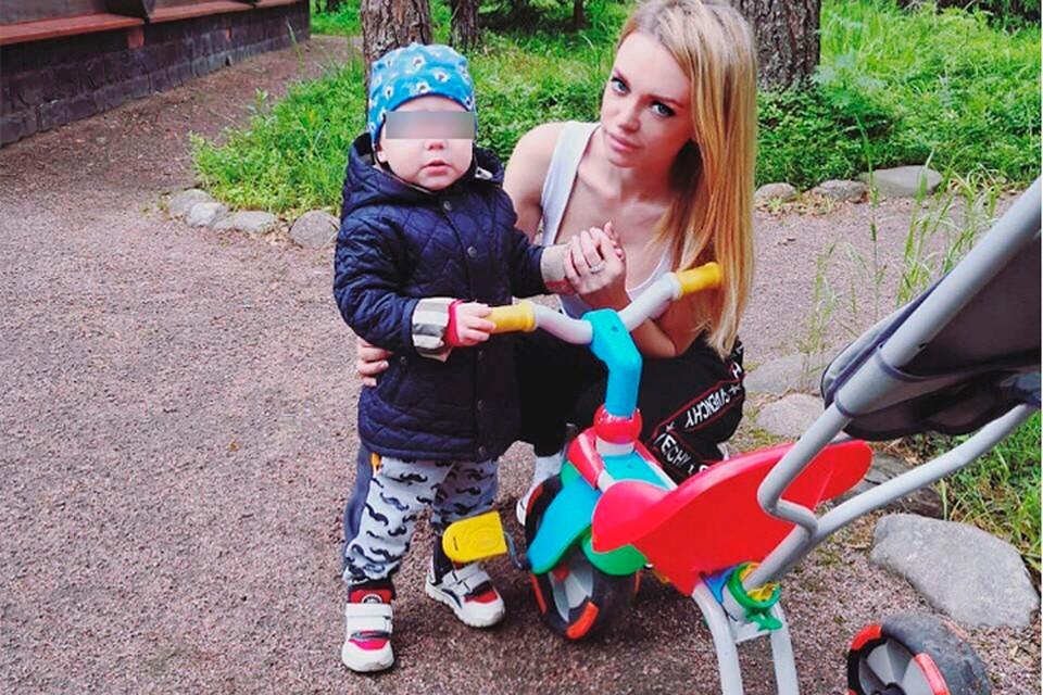 Милана Кержакова через суд борется за ребенка.