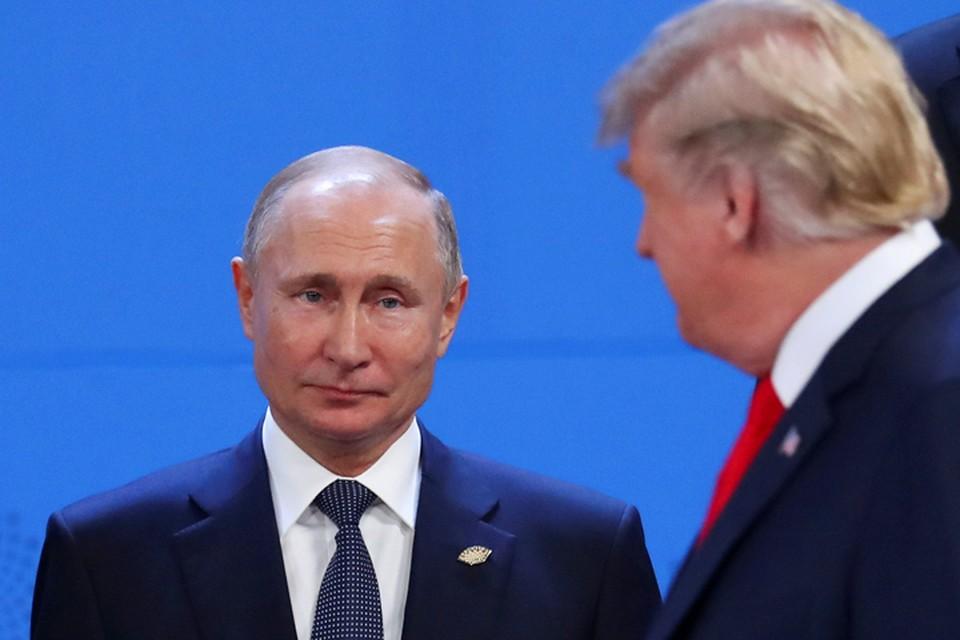 Во время церемонии фотографирования Путин и Трамп вновь смотрели мимо друг друга