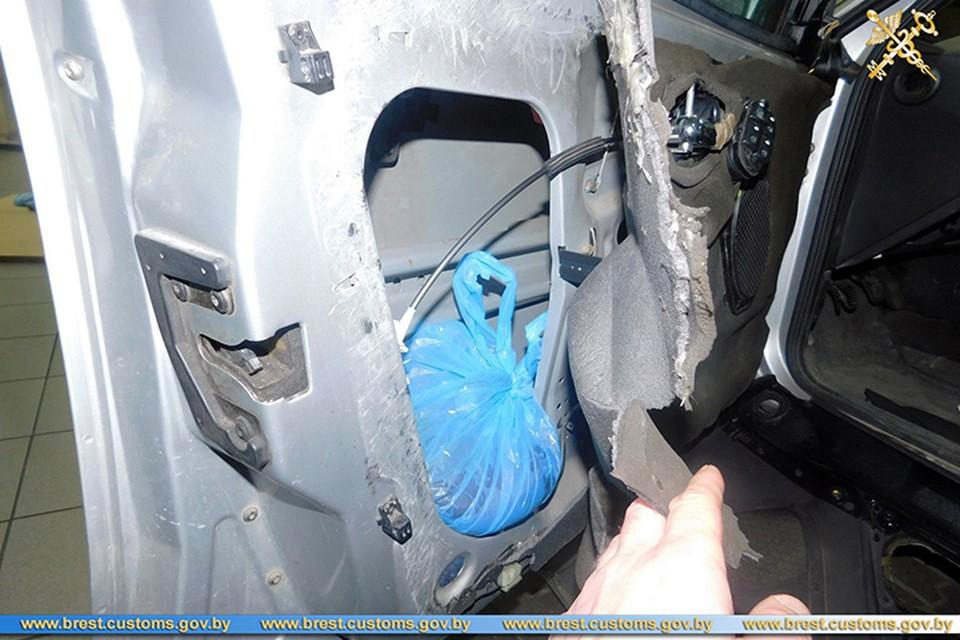 Мужчина наделал в своем авто тайников, чтобы провезти в Беларусь из Польши печень. Фото: Брестская таможня.
