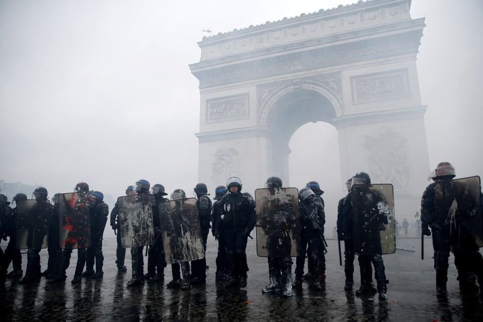 Французское правительство введет мораторий на рост топливных налогов после протестов «желтых жилетов».