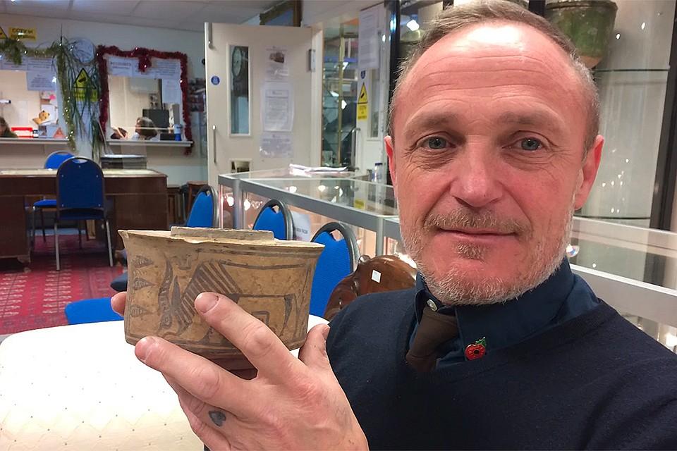 Британец хранил зубные щетки в чаше, которой 4000 лет