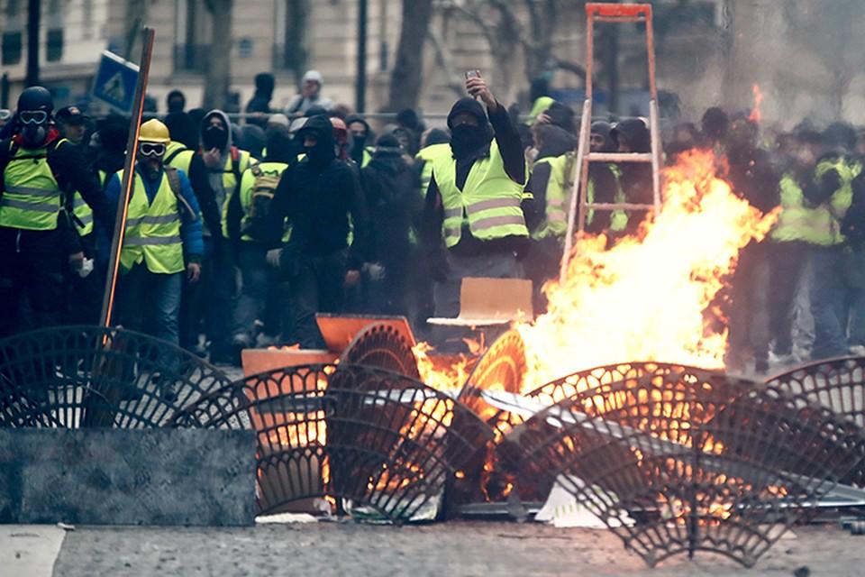 С начала декабря протесты переросли в настоящие боевые действия