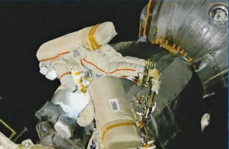 """Российские космонавты добрались до обшивки """"Союза МС-09"""""""