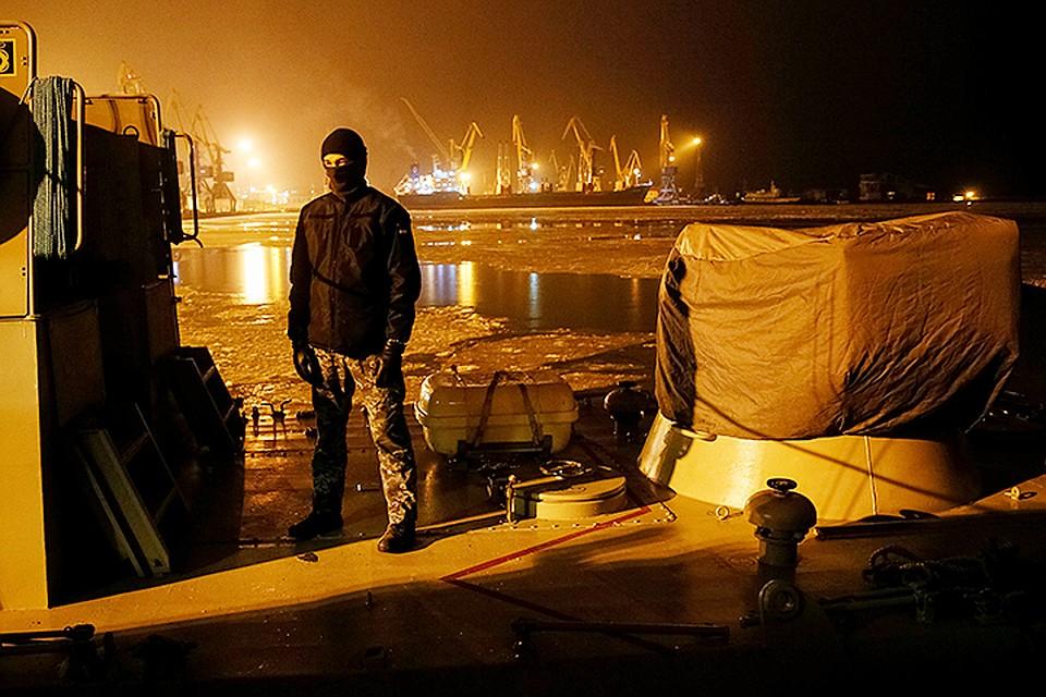 На территории мариупольского порта в одном из зданий проживают военные, которые прибыли около недели назад на двух гражданских автомобилях