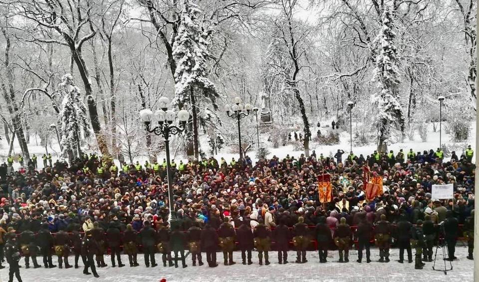 Возле здания Верховной рады проходит молебен Фото: УПЦ МП
