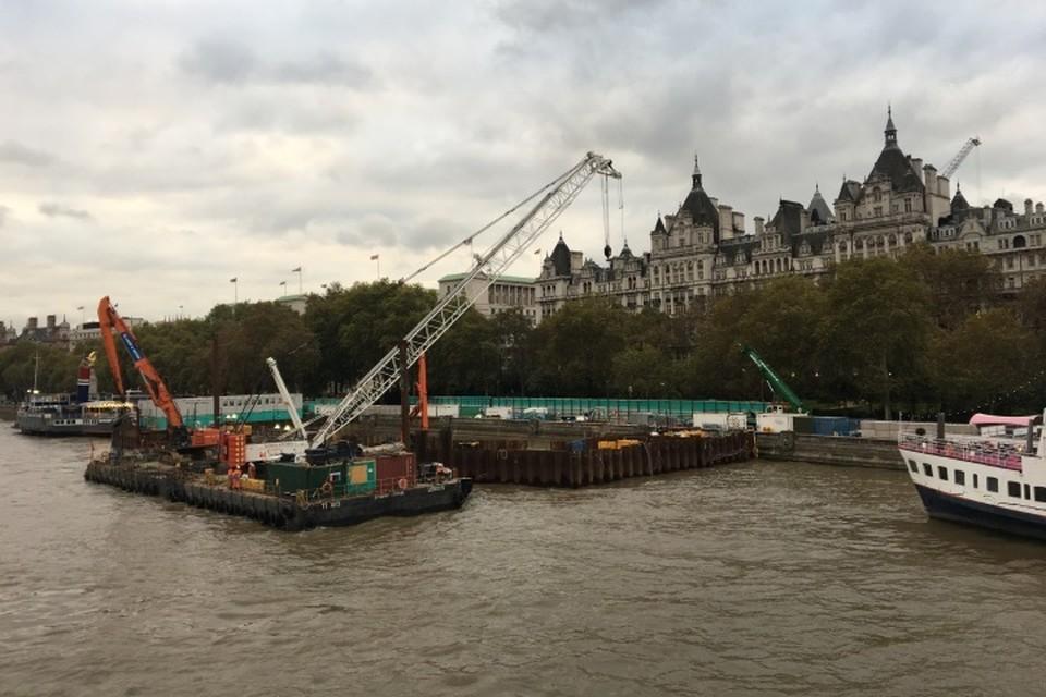 В Британии группа африканских мигрантов пробралась на борт грузового судна и угрожала экипажу, требуя их высадить в устье Темзы