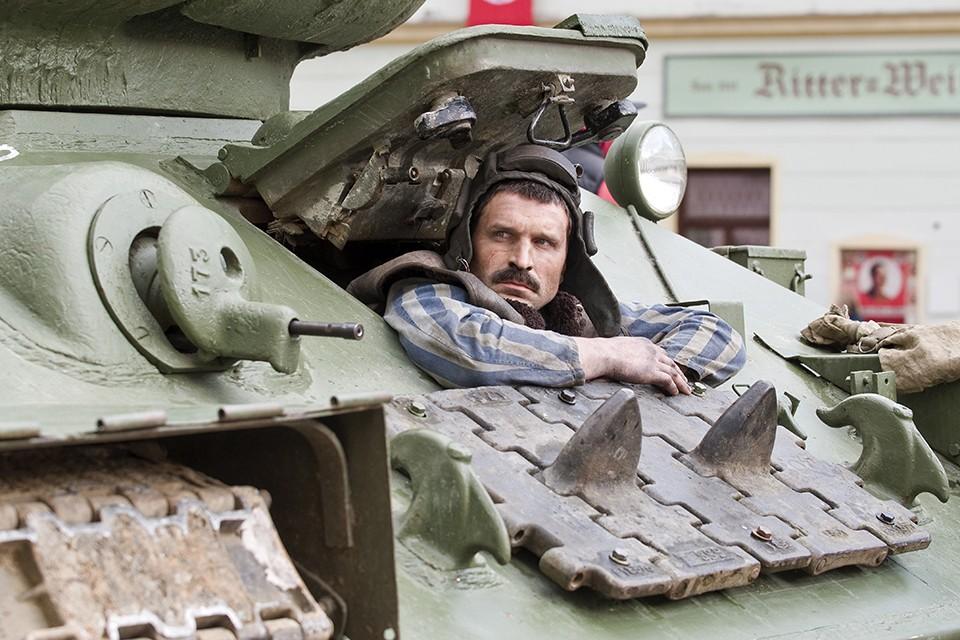 """Актер Виктор Добронравов в фильме """"Т-34""""."""