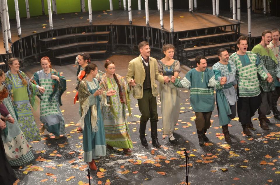 Актеры на сцене и пели, и танцевали