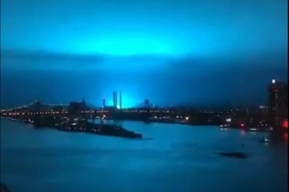 Очевидцы делятся фотографиями яркого голубого свечения в небе над Нью-Йорком. Фото: twitter.com/@PolloVenenoso