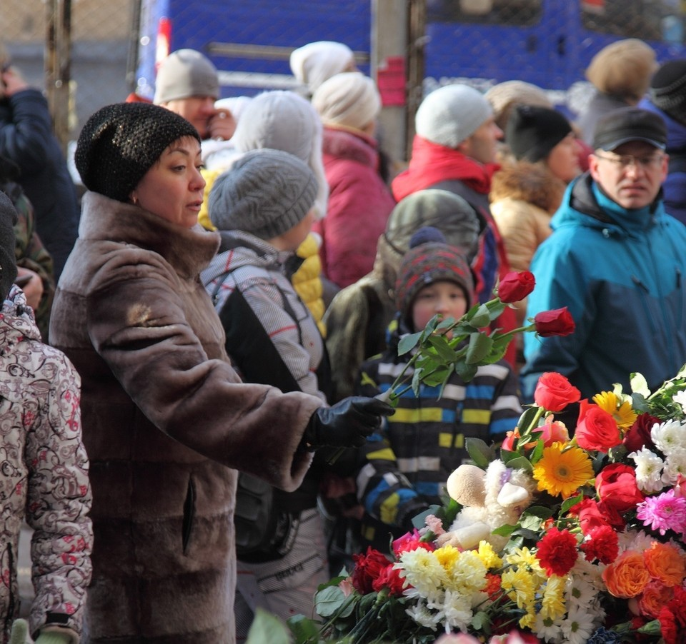 Соболезнуя близким погибших, магнитогорцы несут к месту взрыва живые цветы.