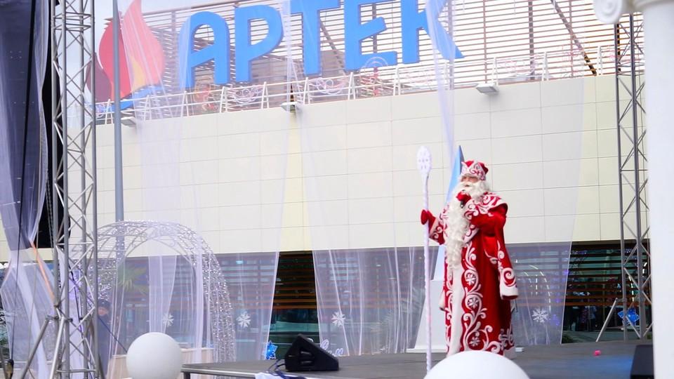 Каждого гостя ждут сладкий подарок и встреча с самым могущественным зимним волшебником – Дедом Морозом.
