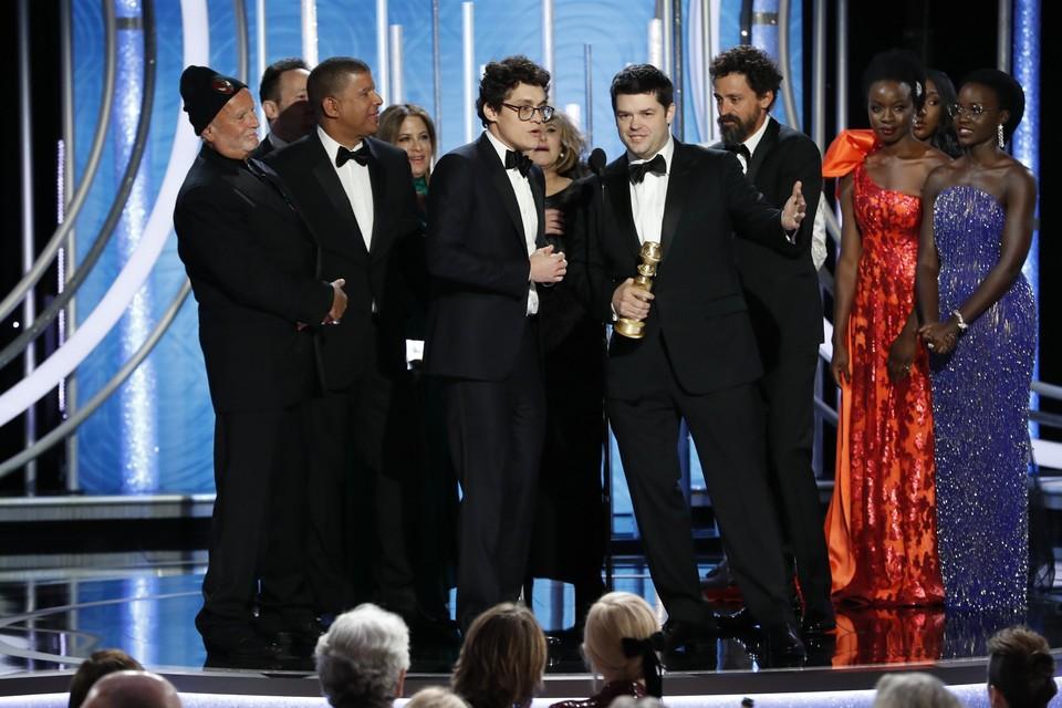 Крис Миллер и Фил Лорд принимают награду за лучший анимационный фильм