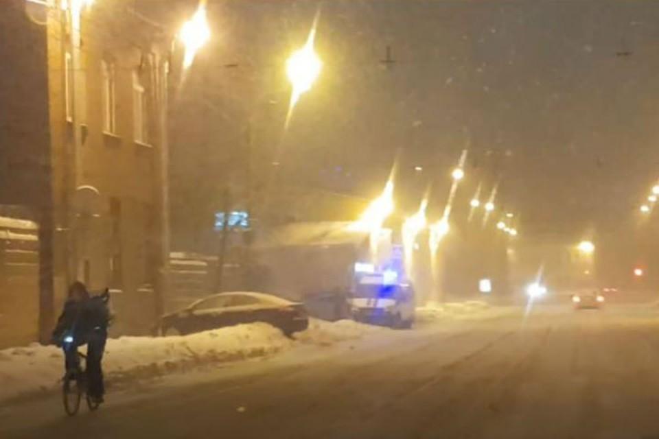 На Кондратьевском проспекте авто въехало в пешеходов. Фото: Стоп-кадр