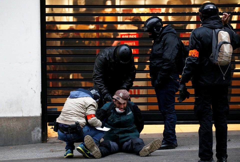 Во Франции под стражей после манифестаций остаются 244 человека