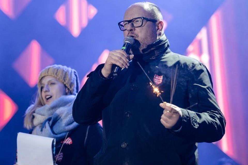 Мэр Гданьска Павел Адамович выступает на благотворительном концерте