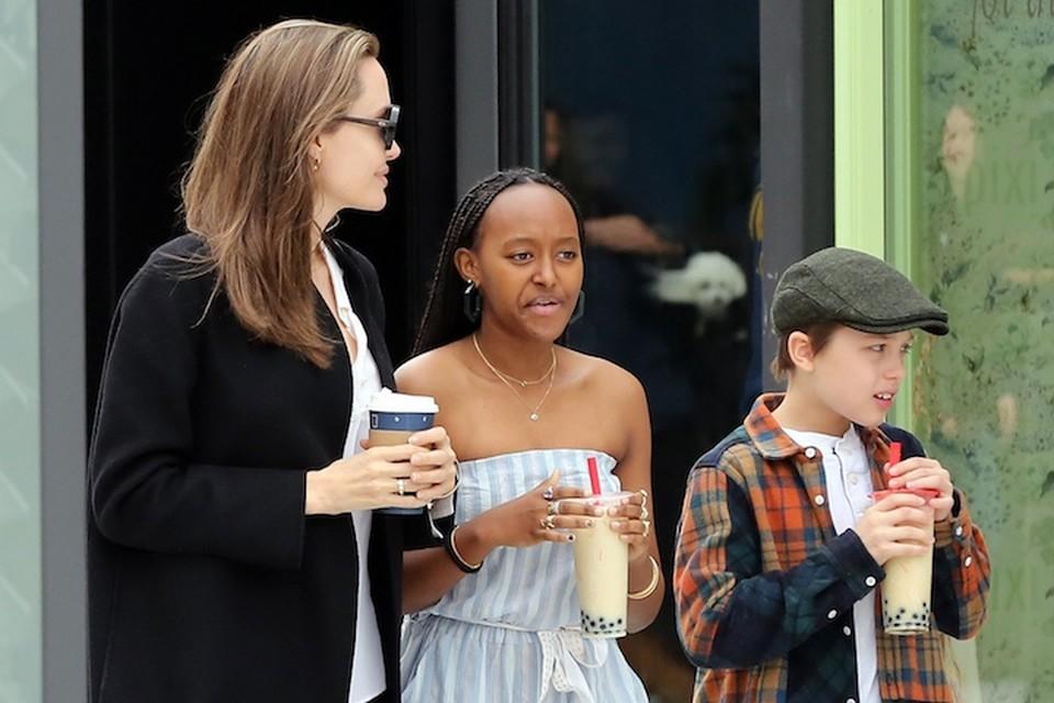 Анджелина отправилась на прогулку с 14-летней дочкой Захарой и 10-летним сыном Ноксом.