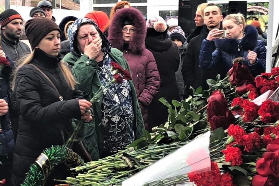 «На их месте могли быть мы!»: В Шахтах простились с погибшими при взрыве в доме на улице Хабарова.